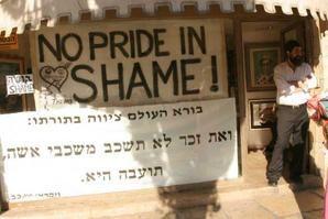 en anglais : PAS DE FIERTE DANS LA HONTE ! - en hébreu : Le Créateur du monde ordonne dans la Torah « Ne cohabite point avec un mâle, d'une cohabitation sexuelle: c'est une abomination » [Lev.18:22]
