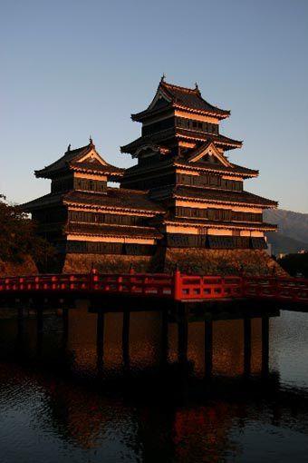 Bridge_and_Matsumoto_jo_Castle_at_sunset.jpg