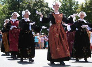 Costume, coiffe et danse bretonne