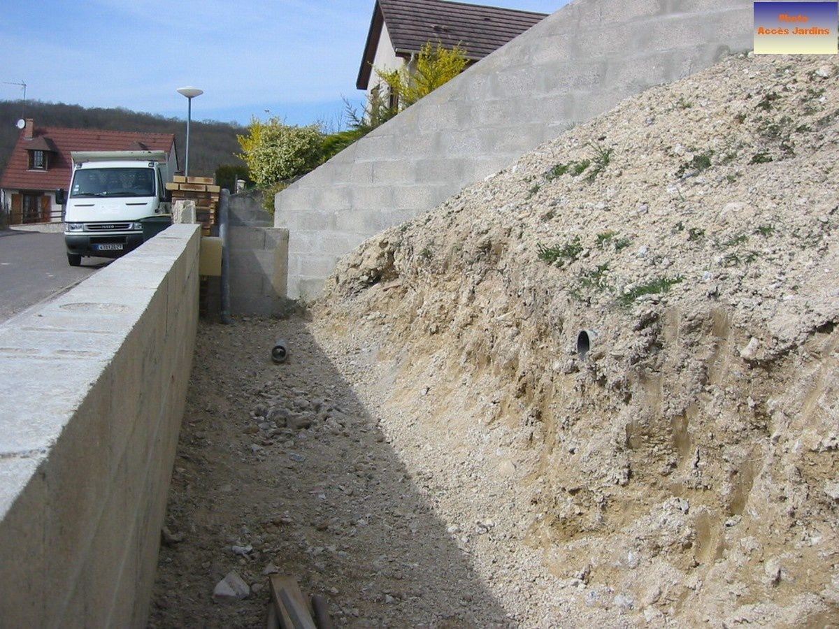 Amenagement terrain en pente arrive des rochers for Amenagement talus jardin