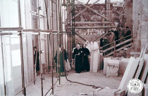 Padre-pio-visitant-le-chantier-du-Sanctuaire-ND-des-Graces.jpg