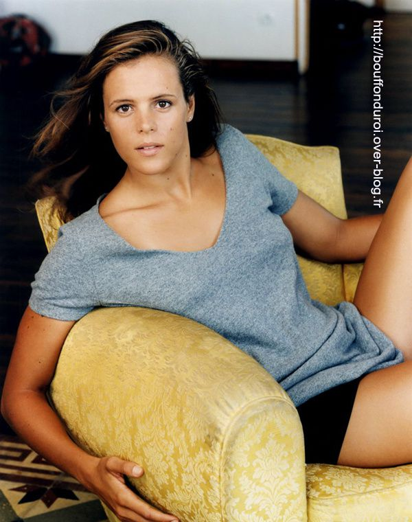 laure-manaudou-nue-dans-shoot-inconnu-jambe-softcore.jpg