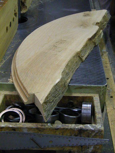 socle galbé d'une encoignure en chêne