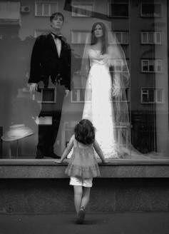 La petite fille aux mariés