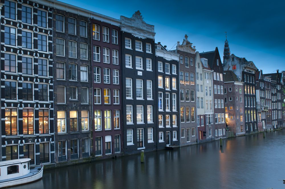 Amsterdam et ses canaux la nuit. Amsterdam by night