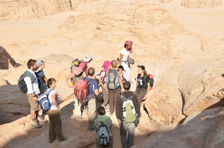 Nous partîmes vaillants gravir la roche et nous nous vîmes triomphants en haut de l'arche de Burdha