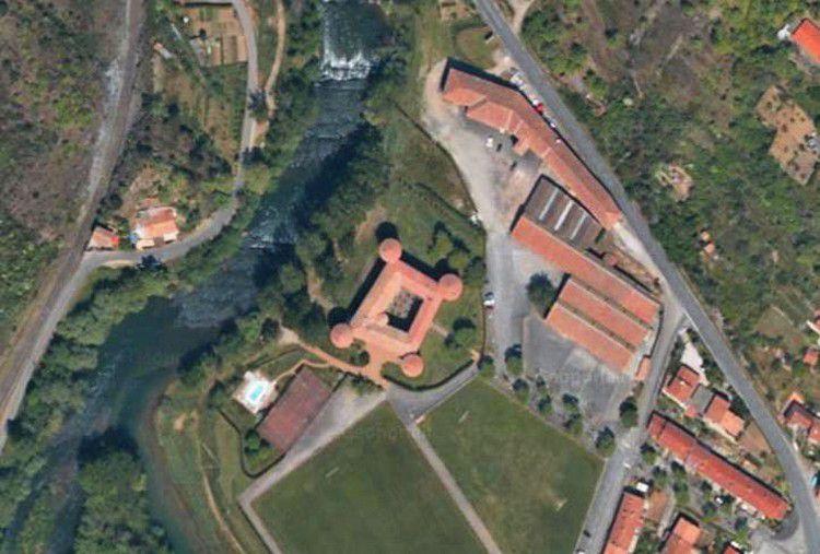 vue aérienne du chateau des ducs de Joyeuse a Couiza