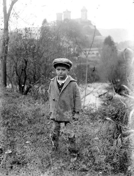 petit garçon en arrière plan le chateau de foix en 1908 p