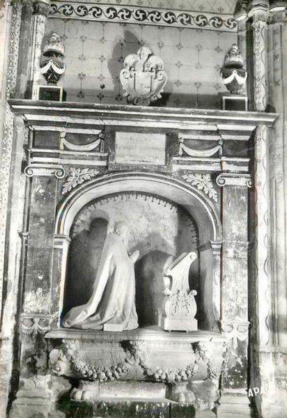 Saint Papoul ancien 017 tombeau de Mgr Donnadieu en 1955