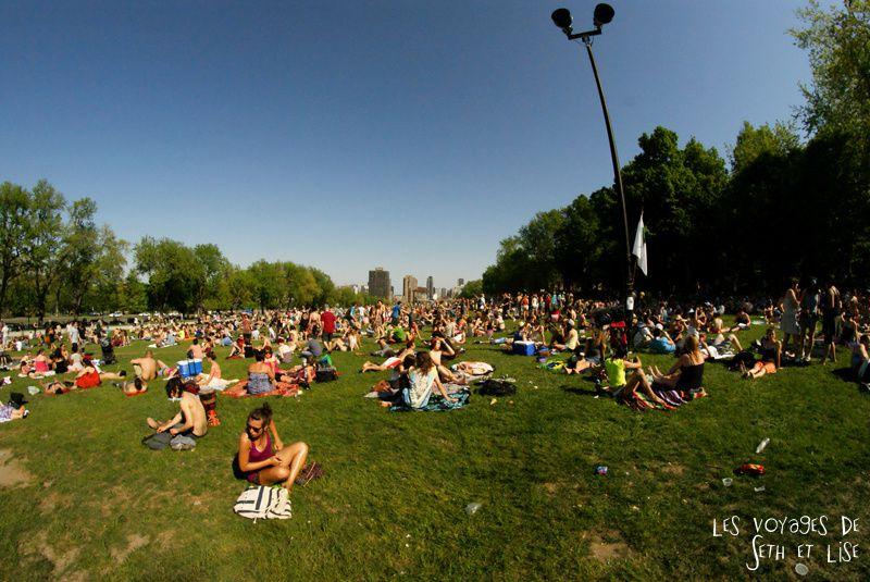 pvt canada montreal mont royal dimanche blog voyage tour du monde couple fish eye bronzer foule parc soleil