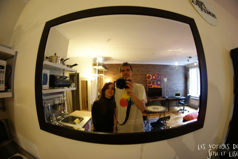 blog voyage canada pvt montreal backpacker couple mirror appartement miroir