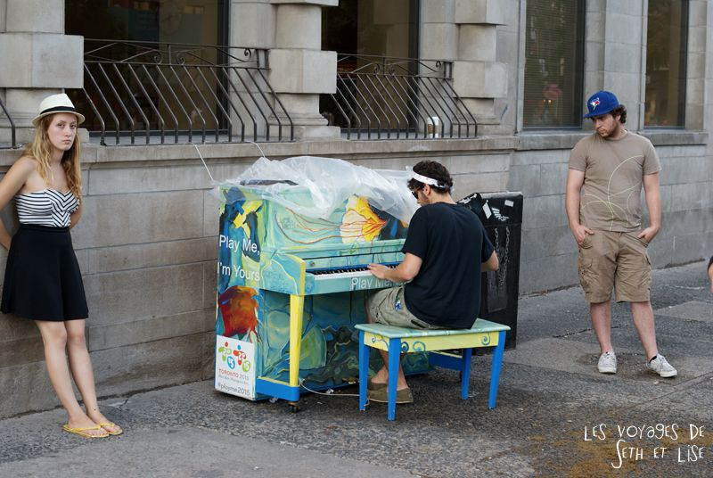 blog voyage piano street toronto play me i m yours pvt canada ontario couple travel art musique attente wait pianist pianiste