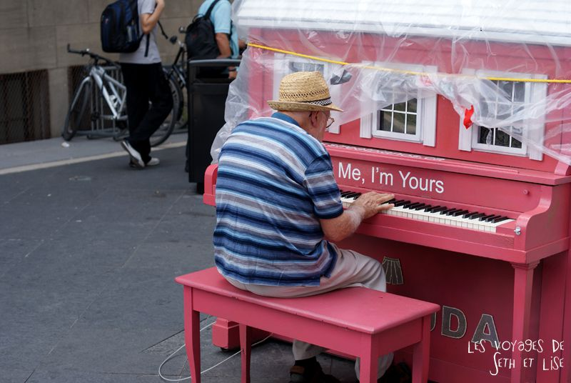 blog voyage piano street toronto play me i m yours pvt canada ontario couple travel art musique bllor street bay pianist pianiste pink rose maison