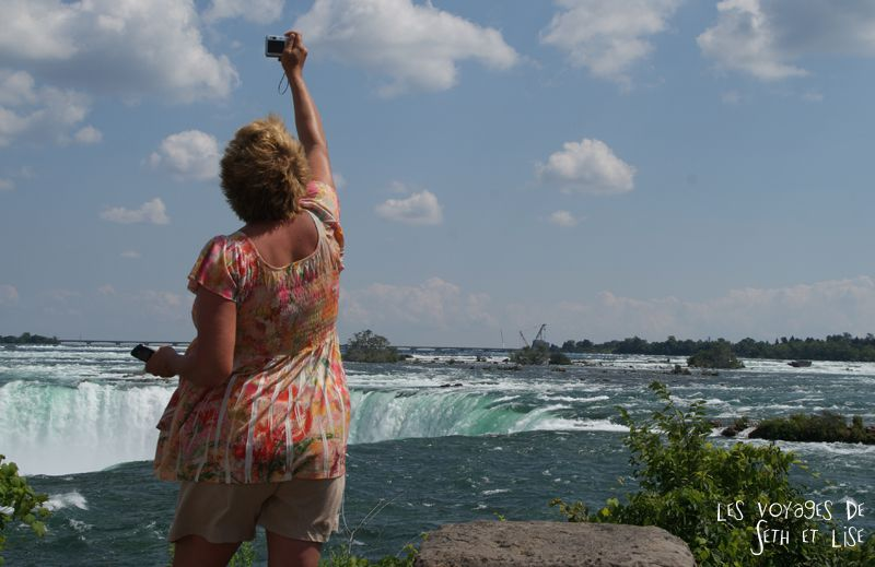 niagara falls chutes ontario canada pvt blog tourisme cascade nature couple tousite debout photo