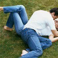 Couple dans l'herbe
