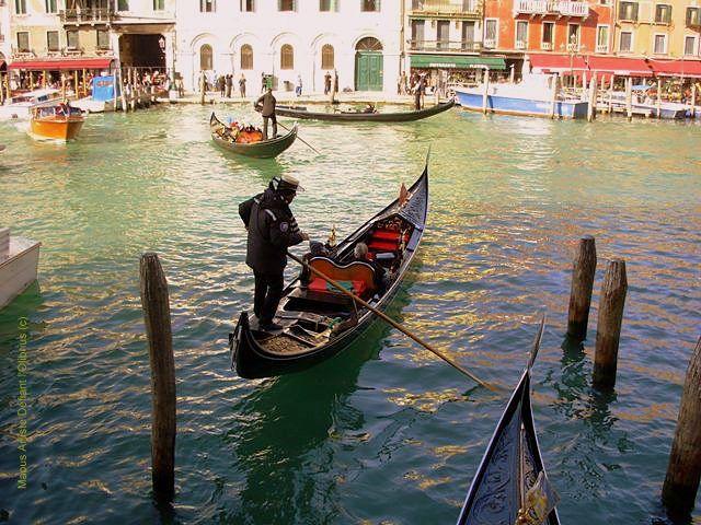Gondolier-a-Venise-sur-le-grand-canal.JPG
