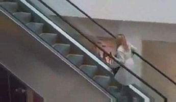 escalator-blonde.png
