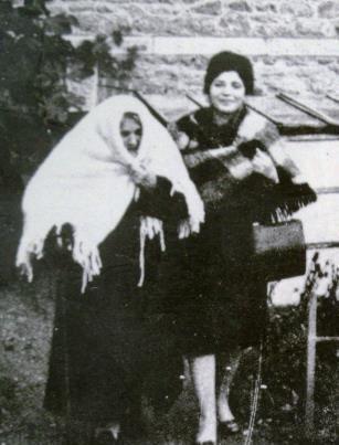 Fadhma-Amrouche-et-sa-fille-Taos-a-Baille-en-1966.jpg