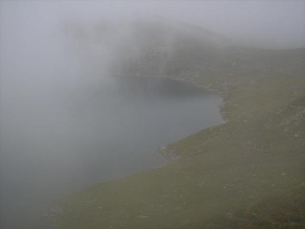 Il lago Naret nella nebbia