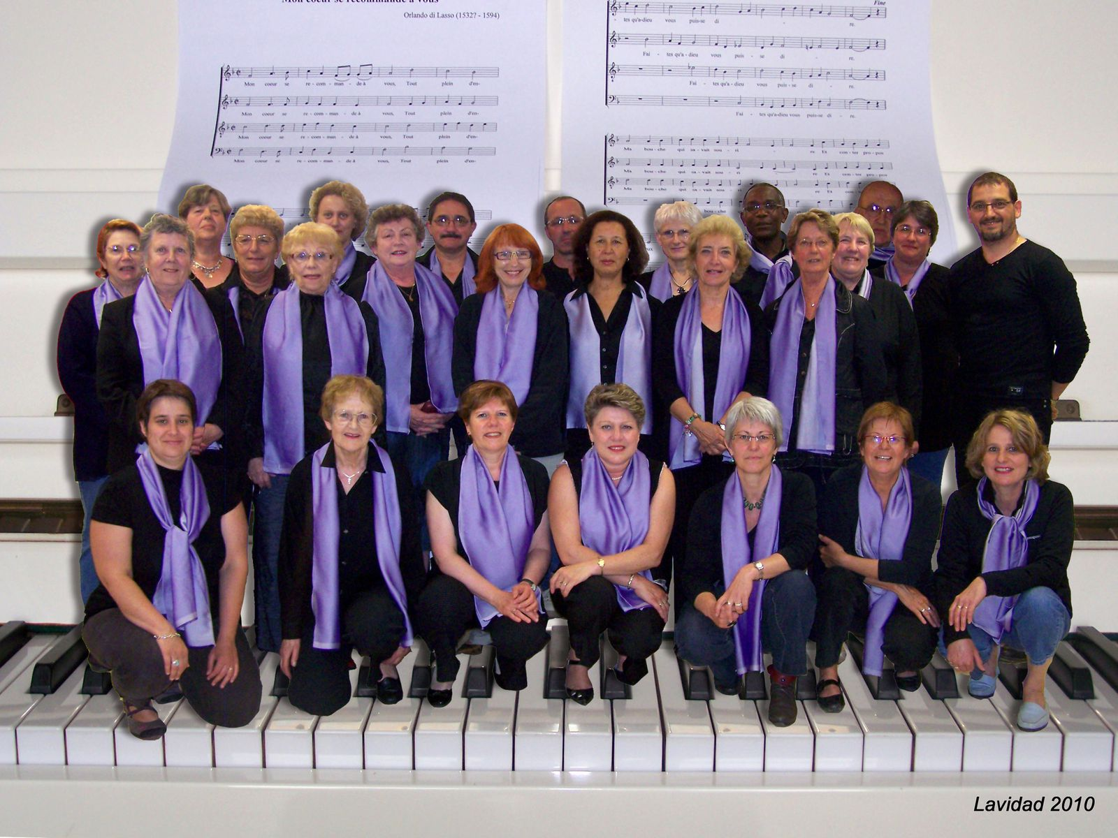 http://idata.over-blog.com/2/21/52/69/2010/Juin/Groupe-Chorale--2010-piano-6.jpg