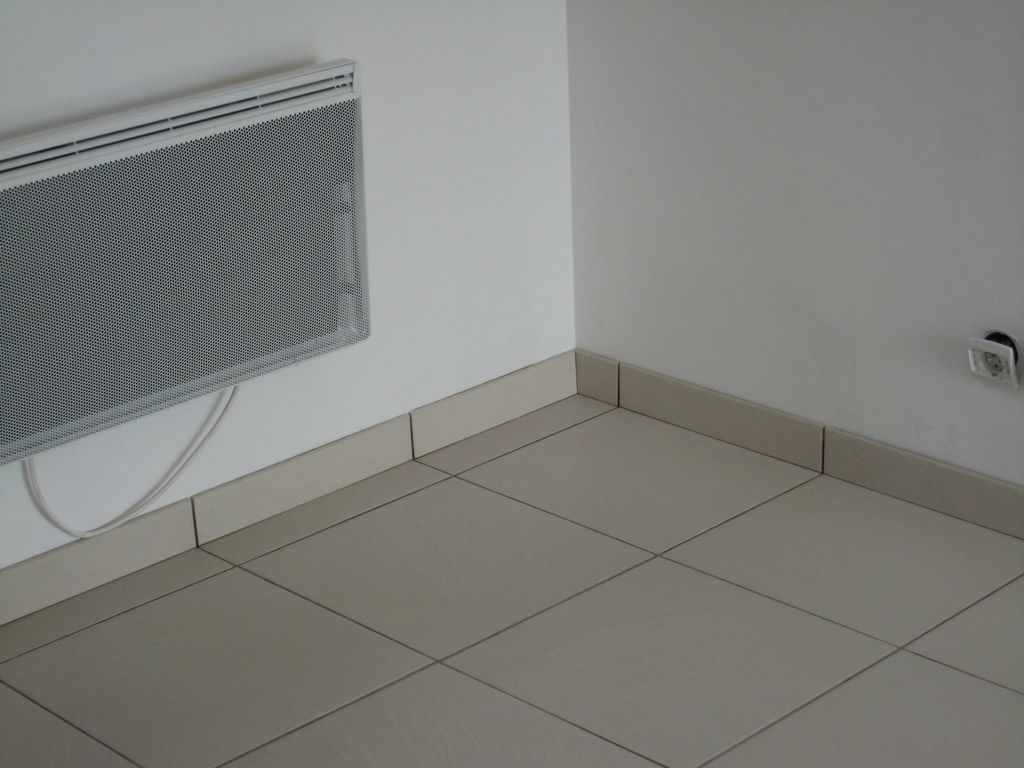 Carrelage design joint plinthe carrelage moderne for Pose de carrelage mur salle de bain