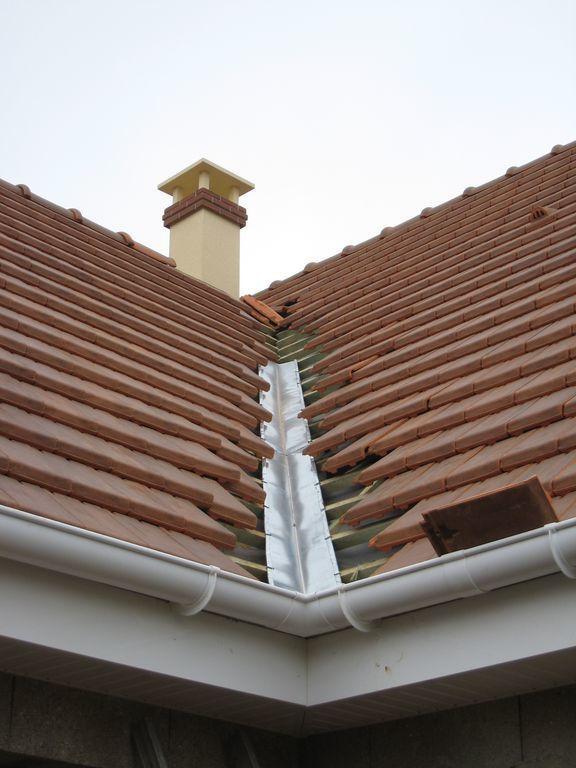 La toiture se termine les appuis de fen tres et seuil de for Tuiles pour toiture maison