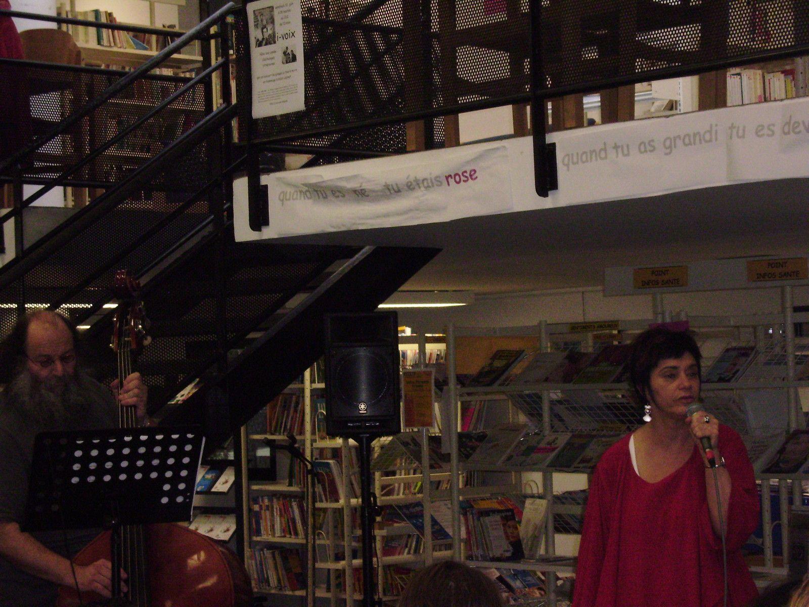 i-voix fête une année d'échanges littéraires avec, au CDI du Lycée de l'Iroise à Brest, un concert de La Souris noire en hommage à Allain Leprest