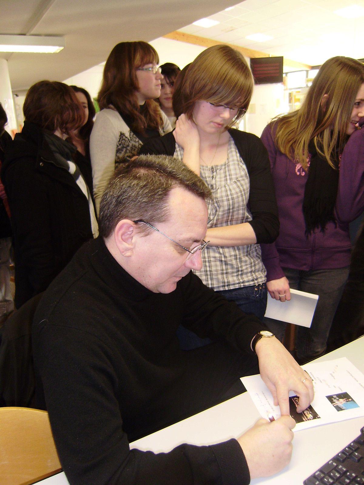 Le 20-01-11, au CDI du Lycée de l'Iroise, les lycéens d'i-voix ont rencontré l'écrivain JERÔME LEROY, auteur du recueil Un dernier verre en Atlantide.