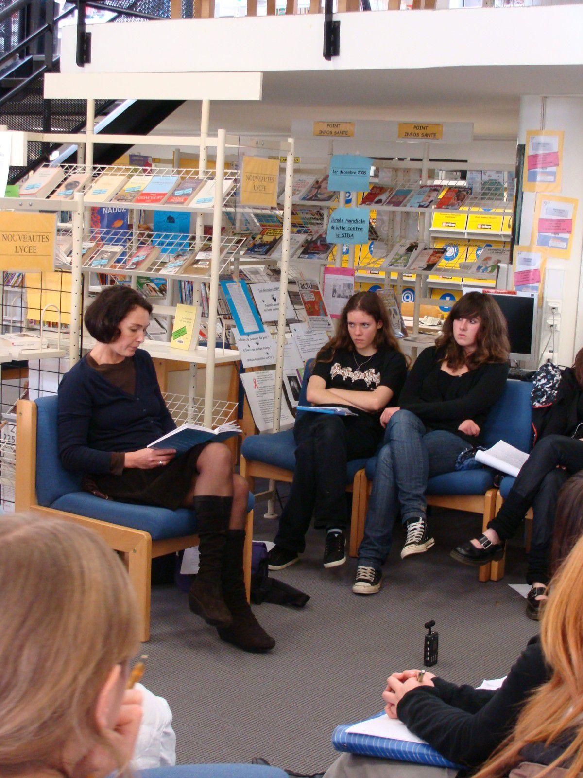 """Le 10 décembre 2009, au CDI du lycée de l'Iroise, les lycéens d'i-voix ont rencontré Oscarine Bosquet, auteur du recueil """"Participe présent""""."""