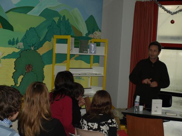 """Le 11-12-08, à la médiathèque Saint-Marc à Brest, les Premières L de l'Iroise rencontrent le poète Renaud Ego, auteur du recueil """"La réalité n'a rien à voir""""."""