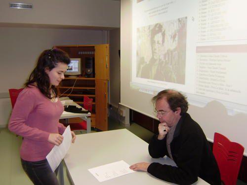 """Janvier 2009, au lycée de l'Iroise, rencontre entre les lycéens d'i-voix et le poète Yvon Le Men, auteur du recueil """"Chambres d'écho""""."""