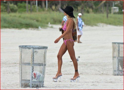 shauna-sand-wears-some-interesting-footwear-while-on-the-beach-with-one-of-her-three-daughters3.jpg