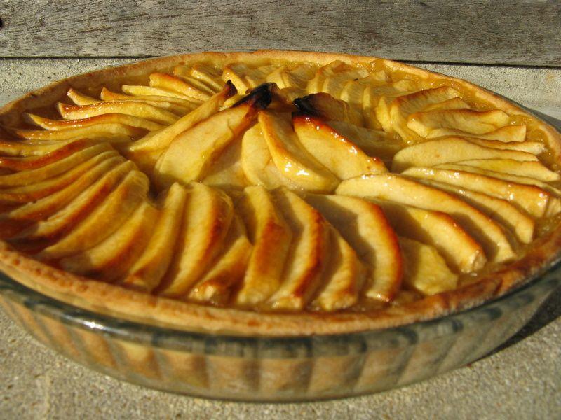 Tarte aux pommes du jardin sur un lit de compote vanill e - Tarte aux pommes compote maison ...