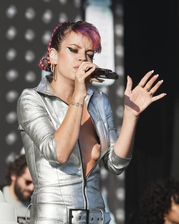 Lily-Allen-oops-le-sein.jpg