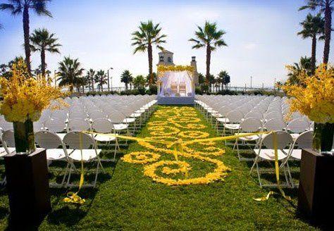 Petales De Roses En Deco De Ceremonie Ou Deco De Table Mariage Idees