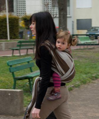 porter son bébé en écharpe, pourquoi pas  - Naturellement Parents ... b25723493ab