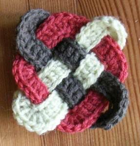 Croisé celte : http://www.ravelry.com/patterns/library/celtic-knot