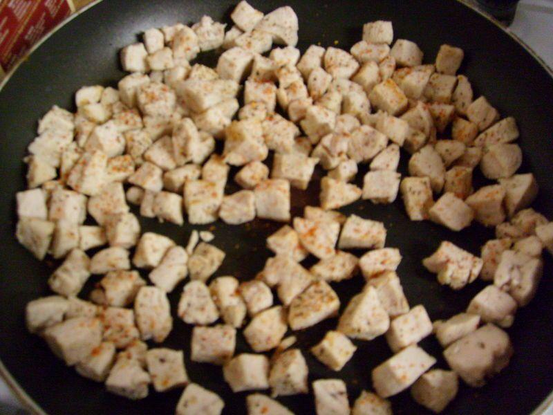 Assaisonner les poitrines de poulet pour grill