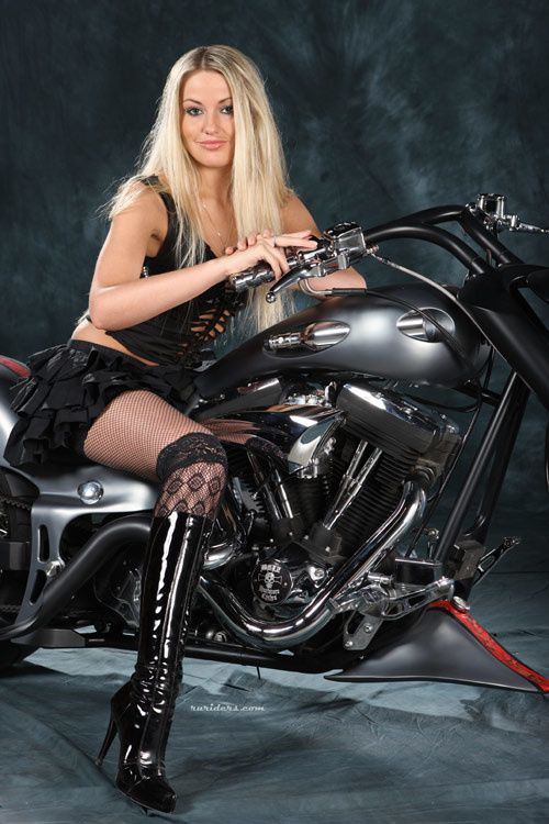 2012 biker cuties blonde 004 ruriders.com