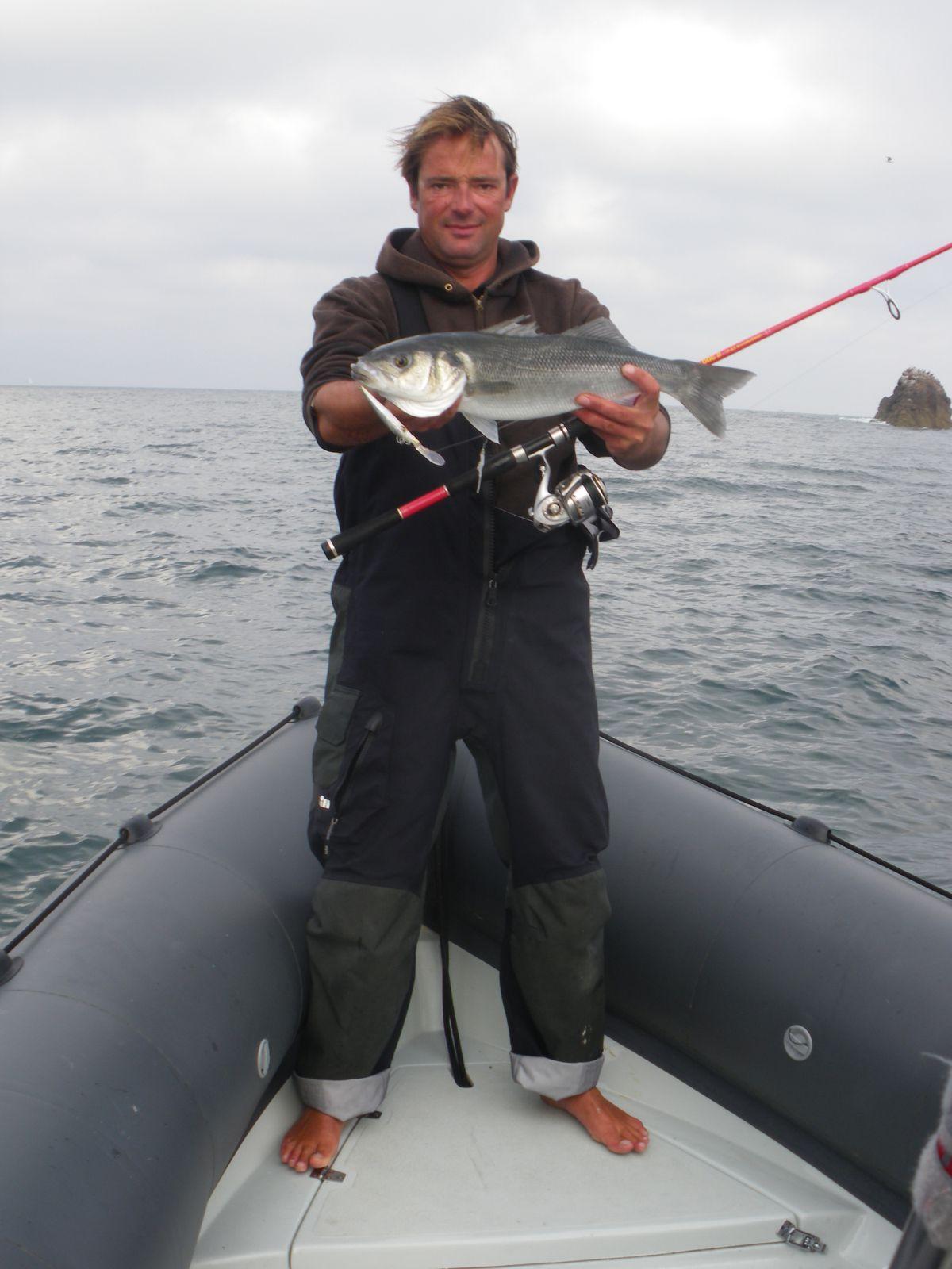 La pêche avec la flotte remplie deau