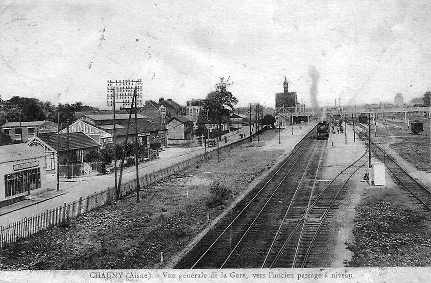 Album - la ville de Chauny (Aisne), l'hotel de ville, la gare