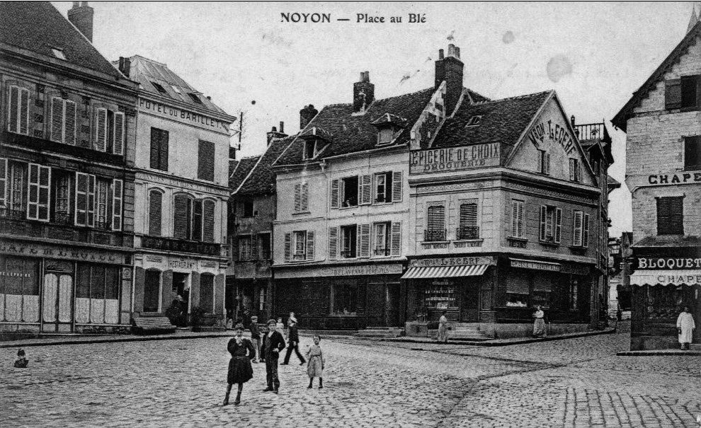 Album - la ville de Noyon (Oise), la place aux blés et la place du chevalet