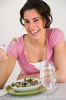 femme salade rire brune