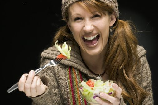 femme salade rire rousse