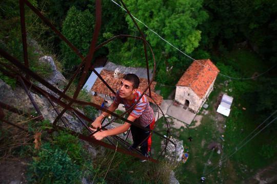 A building volunteer descends the iron ladder lead-copie-1