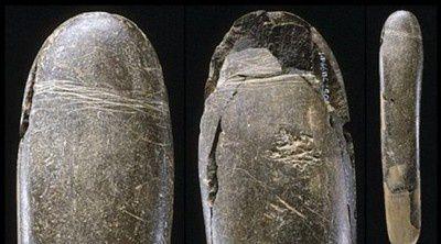 Vieux godemiché de 28.000 ans : 20 cm de longueur et 3cm de diamètre. Découvert dans une grotte allemande (Hohle Fels)