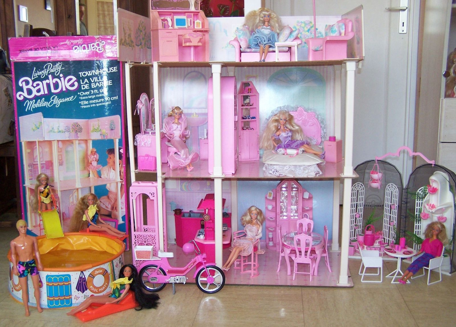barbie mattel vue g n rale poup e et maison les p. Black Bedroom Furniture Sets. Home Design Ideas