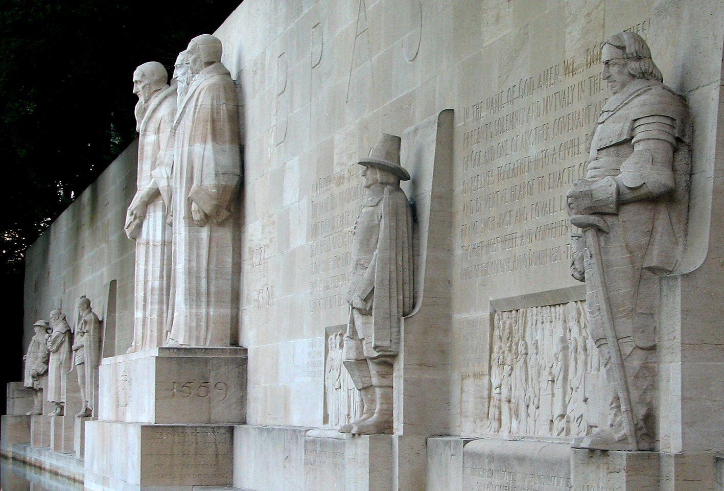 Deux puritains au mur des Réformateurs de Genève. A droite Cromwell en armure et Roger Williams en tenue de Père pélerin