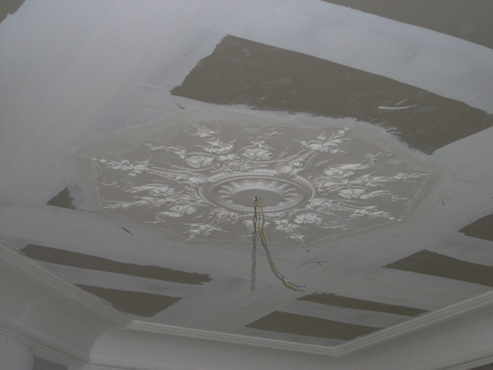 Rosace incrust e artisan staffeur pl trier d corateur for Plafond a caisson suspendu