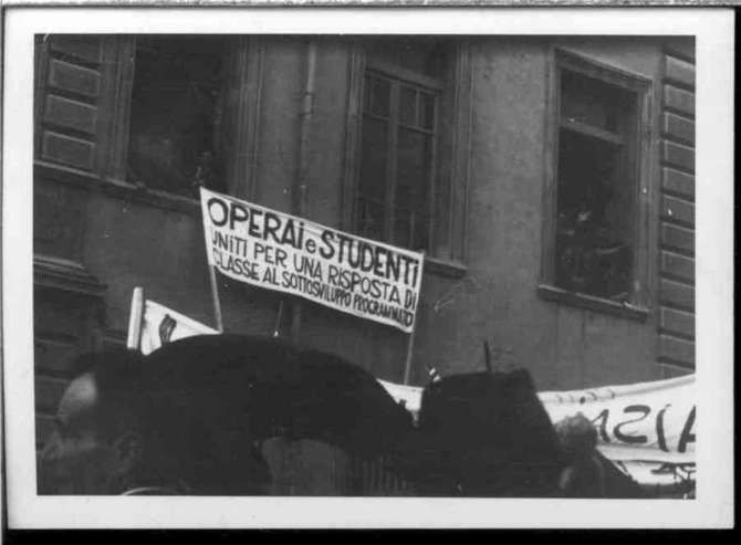 Nelle immagini cercate in rete, la Milano della contestazione del 1968 e degli anni '70